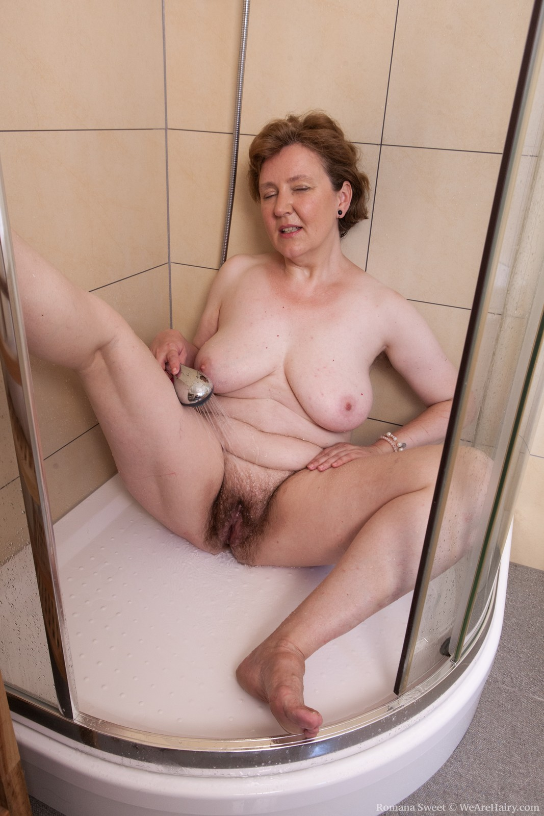 Milf washing her pussy